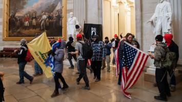 """""""Quitaron la bandera para colocar el nombre de una persona"""": veterano de guerra sobre irrupción al Capitolio"""