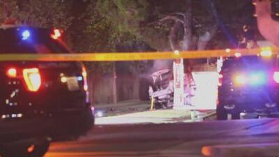 Vehículo choca violentamente contra un árbol, se prende en llamas y sus dos ocupantes pierden la vida