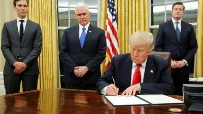 Siete horas después de su posesión, Donald Trump firma primera orden ejecutiva para reducir fondos de Obamacare