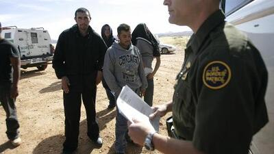 Juez de Kansas declara inconstitucional una ley federal que prohíbe alentar a inmigrantes a entrar ilegalmente a EEUU