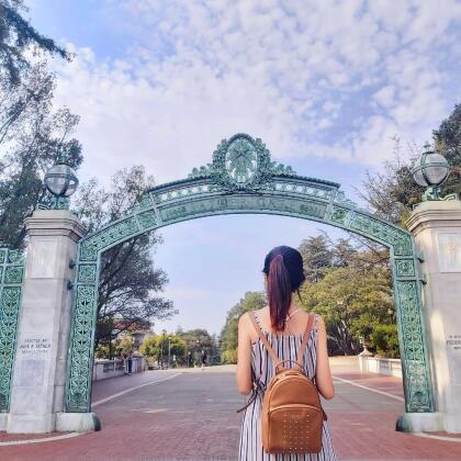 <b>Universidad de Berkeley, (17º a nivel nacional)</b> <br> <b>Costo estimado anual sin ayuda financiera: </b>$39,000 <br> <b>Costo estimado anual con ayuda financiera: </b>$18,700 <br> <b>% estudiantes obtienen becas: </b>57% <br> <b>% graduación:</b> 91% <br> <b>Salario promedio anual estimado:</b> $65,800