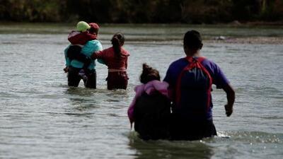Se lanzaron al río con sus hijos en brazos: la desesperación de dos familias migrantes por llegar a EEUU