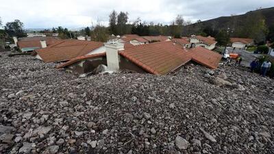 En Un Minuto: deslave sepulta cientos de casas en California