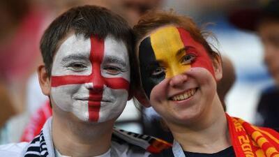 Fiesta multicolor en el partido entre Inglaterra y Bélgica en Rusia