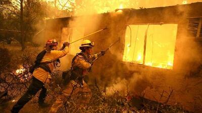 Residentes de Thousand Oaks, bajo órdenes de evacuación por los voraces incendios en California