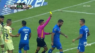 Tarjeta amarilla. El árbitro amonesta a Martín Cauteruccio de Cruz Azul