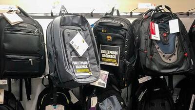 Padres de familia ven con buenos ojos la venta de mochilas antibalas para este regreso a clases