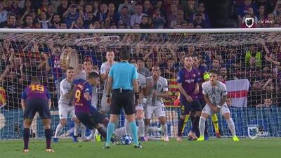Sí funciona: Brozovic se tira al piso detrás de la barrea y tapa el disparo de Suárez