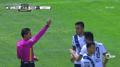 Tarjeta amarilla. El árbitro amonesta a Néstor Vidrio de Puebla