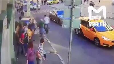 Este es el dramático momento en el que el taxi sube a la acera, atropella a muchas personas y su conductor se fuga