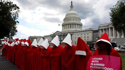 Vestidas de criadas, estas mujeres exigen que se respeten sus derechos reproductivos