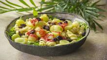 Ensalada de pasta con uvas y vinagreta de frambuesa