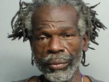 Un indigente dice tener hambre, roba un pollo y un policía lo somete violentamente: investigan si usó exceso de fuerza