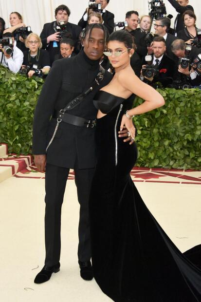 """De acuerdo con  <b><a href=""""https://people.com/style/kylie-jenner-pose-nude-playboy-travis-scott/"""" target=""""_blank"""">People</a></b>, el pie de foto que Kylie escribió hace referencia a las ciudades de donde son oriundos ella y su novio Travis."""