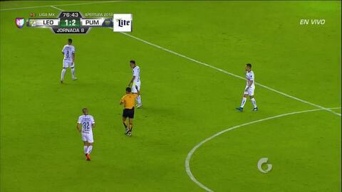 Tarjeta amarilla. El árbitro amonesta a David Cabrera de Pumas UNAM