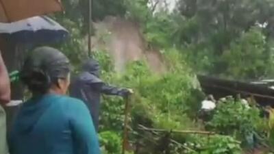 Un deslave deja a dos hermanos atrapados bajo los escombros de su vivienda en Guatemala