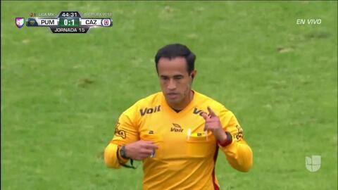 Tarjeta amarilla. El árbitro amonesta a Pablo Barrera de Pumas UNAM