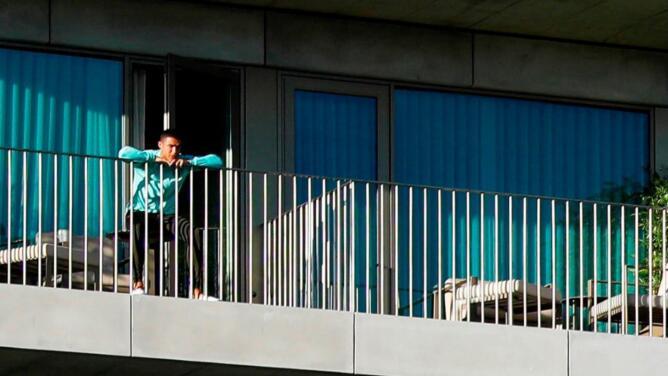 Leal y comprometido: Cristiano ve a Portugal entrenar desde su balcón