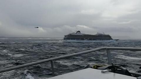 Evacuan un crucero a la deriva con más de 1,300 personas a bordo