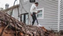 Rescatan a una bebé luego que un árbol cayó sobre su dormitorio