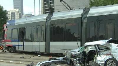 En video: aparatoso choque entre un vehículo y un tren ligero cerca del centro de Houston