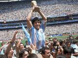 Maradona regala camiseta para subasta y desata la locura