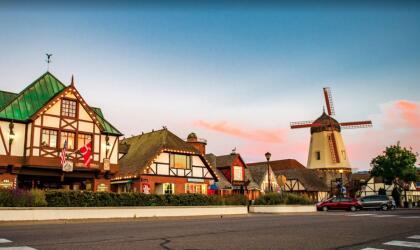 """<b>Ubicado en el Valle de Santa Ynez, a casi 3 horas al norte de Los Ángeles y a 35 millas de Santa Bárbara se encuentra <a href=""""https://www.solvangusa.com/"""" target=""""_blank"""">Solvang</a>, un pueblo, cuyo principal atractivo es su herencia danesa</b>. Fue fundado en 1911 por inmigrantes provenientes de Dinamarca, y hasta el día de hoy conserva su arquitectura auténtica, techos de paja y algunos molinos de viento, propios de la época. En esta ciudad, puedes sentir la esencia y energía característica del norte de Europa."""