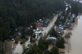 Un pueblo fantasma: el panorama en Guerneville es desolador tras las inundaciones (fotos)