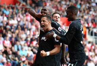 Chicharito marcó doblete, pero el West Ham cayó al último minuto con Southampton