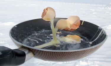 ¿Se puede freír un huevo en la Antártida? Las increíbles imágenes virales de un científico en los confines del mundo