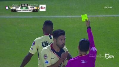 Tarjeta amarilla. El árbitro amonesta a Andrés Ibargüen de América