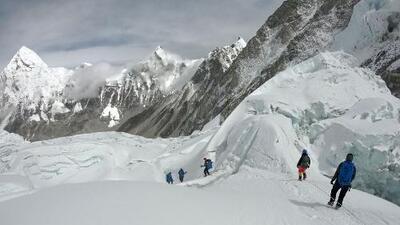 Expedición limpieza: las insólitas cosas que han extraído del basurero que ahora es el Everest
