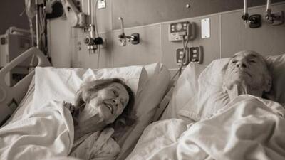 Luego de 73 años de matrimonio, juntan dos camas de un hospital y ella despide a su amor tomándolo de la mano