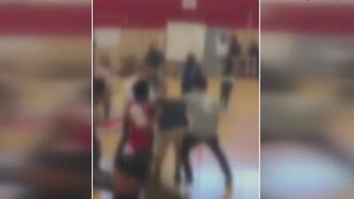 En video: Varios estudiantes de una preparatoria en Houston resultan heridos tras una pelea dentro de la institución