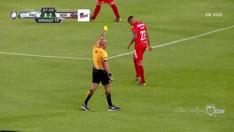Tarjeta amarilla. El árbitro amonesta a Diego Chávez de Veracruz