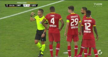 ¿Otra vez? El árbitro cambia su decisión y no marca un penal para el Inter de Milán