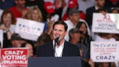 El republicano Doug Ducey gana la reelección para gobernador de Arizona