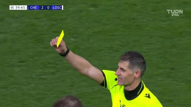 Tarjeta amarilla. El árbitro amonesta a Mehmet Zeki Çelik de Lille