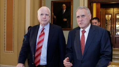 El exsenador Jon Kyl ocupará el escaño que dejó vacío su amigo John McCain
