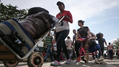 """La crisis los obliga a emigrar, pero muchos venezolanos no se atreven a dar un paso sin visitar el """"callejón de los brujos"""""""