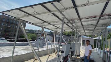 Que no te pase a ti: familia enfrenta millonaria multa luego de que compañía instalara paneles solares en su casa