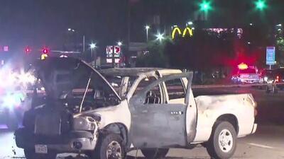 Buscan a un hombre acusado de haberle disparado a una camioneta y causar la explosión de fuegos artificiales