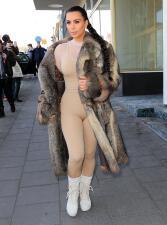 Kim Kardashian sale a pasear en pura faja