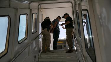 DHS frena las deportaciones de algunos inmigrantes por 100 días y suspende el envío de solicitantes de asilo a México