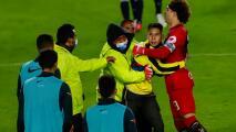 Fans de América invaden cancha y van sobre Ochoa y Viñas