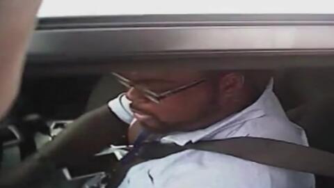 Conductor se niega a salir de su auto y acaba arrastrando al policía que lo detuvo en Florida
