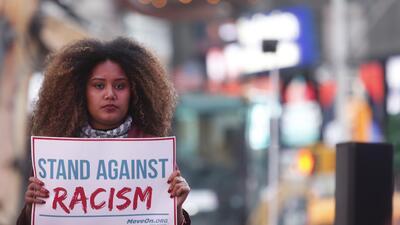 El odio racial con el dedo en el gatillo