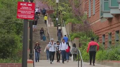 Un adolescente sin hogar se gradúa como el mejor de su escuela y consigue más de 3 millones de dólares en becas universitarias