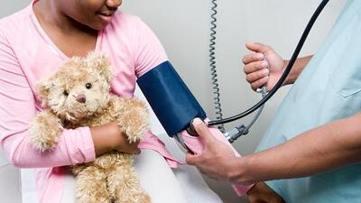 Cada vez más menores sufren de presión alta, ¿qué pueden hacer los padres?