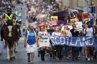 Trump jugó golf mientras decenas de miles de escoceses salieron a las calles a marchar en su contra